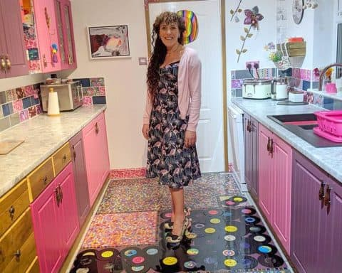 Sonia Barton a utilisé la collection de disques de son ex-mari pour refaire le sol de cuisine